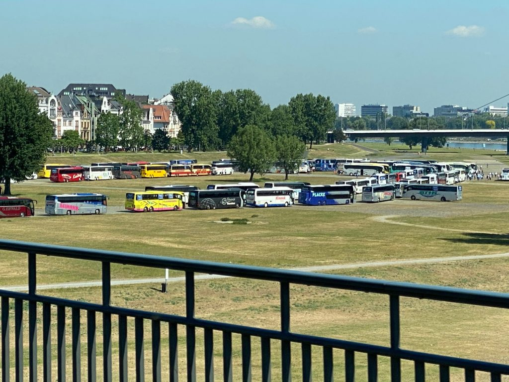 4-Blick-von-Rheinbrücke-auf-Busparkplatz