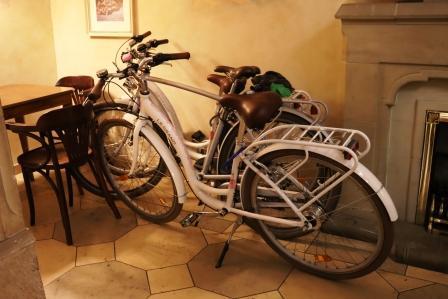 36 RR Polen Krakau Abendessen einige Gäste haben sich Fahrräder ausgeliehen
