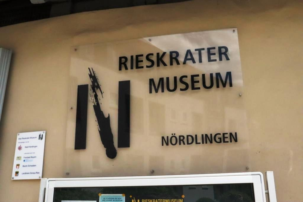 8 Nördlingen Schild Ries Krater Museum
