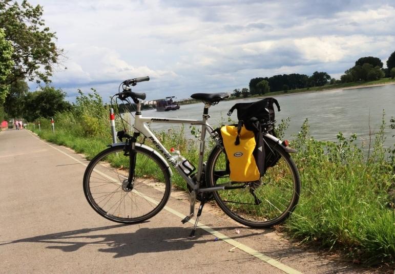 9 Fahrrad am Rhein